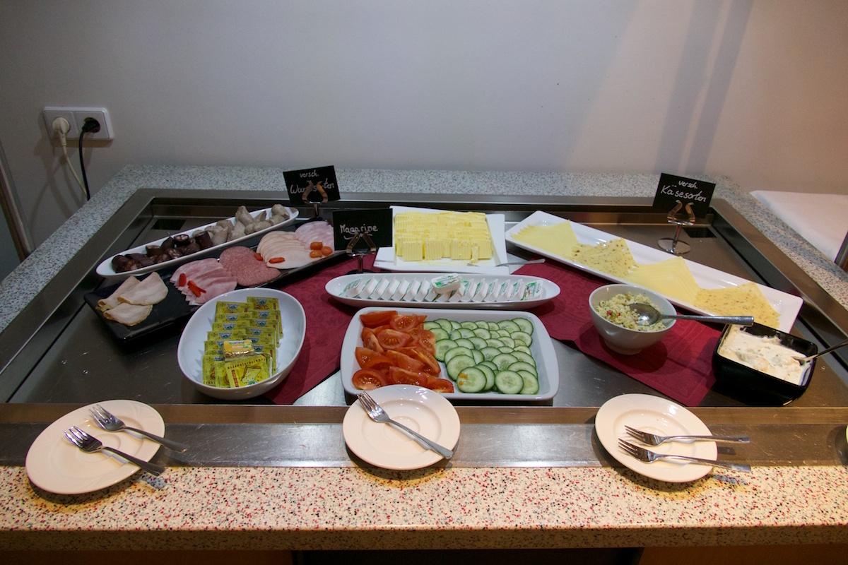 frühstücksbüffet im skyhotel merseburg