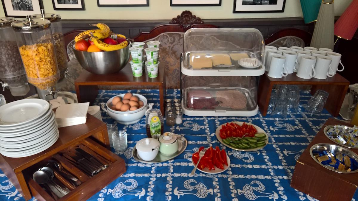 frühstücksbüffet im weltempfänger hostel köln