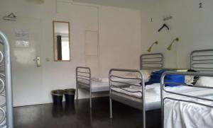 mehrbettzimmer mit betten im station hostel köln