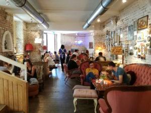 innenraum des vollpension cafe in wien