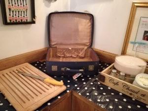 frühstücksbuffet mit koffer im city hostel wombats in london