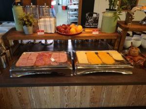 frühstück mit wurst und käse im meininger london