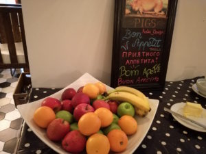 obst am frühstücksbuffet im wombats london