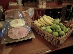 obst zum fruehstueck im hostel palmers lodge swiss cottage london
