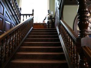 ritter auf halber treppe im hostel