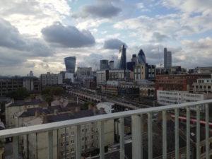 blick von dachterrasse auf die skyline von london