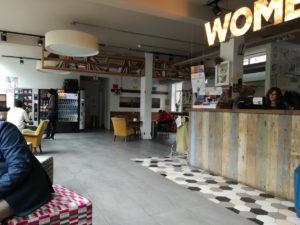 rezeption und aufenthaltsraum im wombats hostel london
