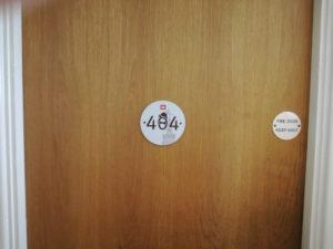 zimmertür im londoner meininger hostel