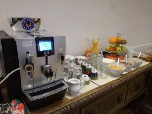 fruehstuecksbuffet mit kaffeemaschine im urban stay salzburg city
