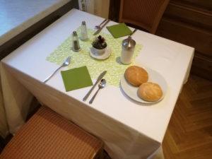 tisch beim frühstück im urban stay salzburg city