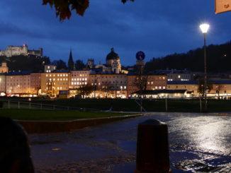 salzburger altstadt bei nacht vom fluss aus