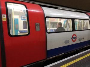 ein zug der londoner ubahn oder tube