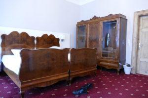 doppelzimmer bett und schrank im urban stay salzburg city