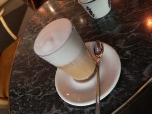 latte macchiatto mit schaum im 24grad