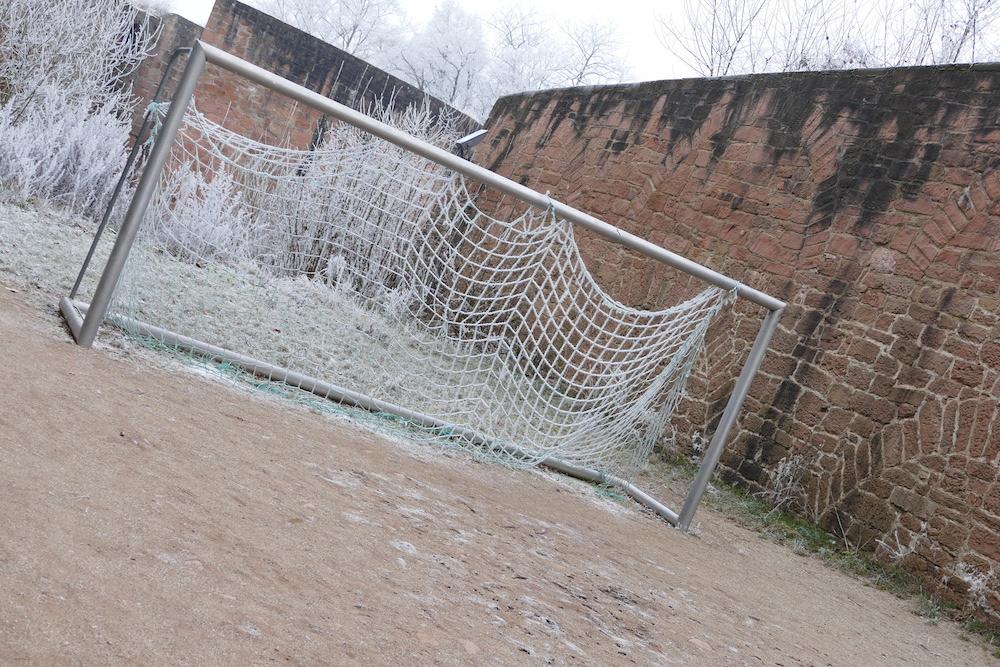 ein fussballtor auf der burg breuberg