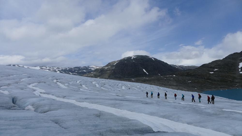wanderergruppe auf dem gletscher austdalsbreen
