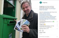 postkarte wird gegen spende geschrieben