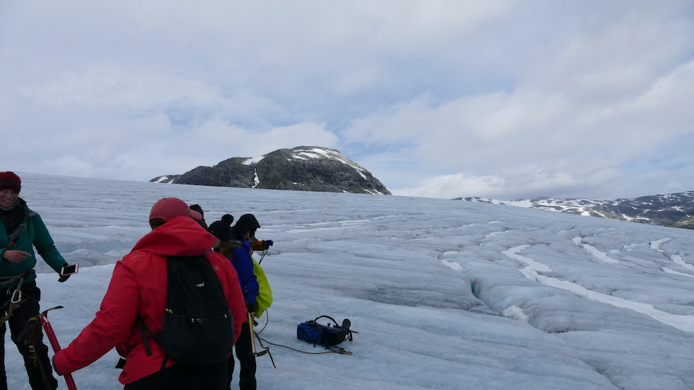 wanderer bei der gletscherwanderung auf dem austdalsbreen gletscher