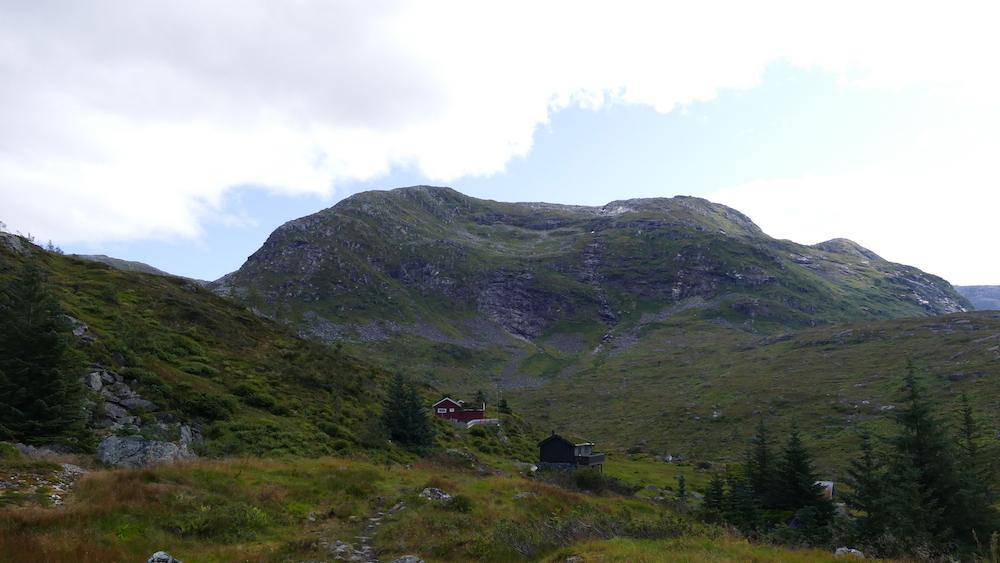 berg am wasserfall wanderweg in norwegen