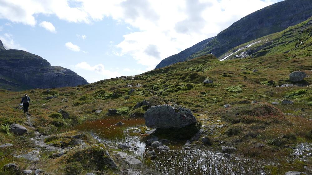 wanderweg bei den wasserfällen in norwegen
