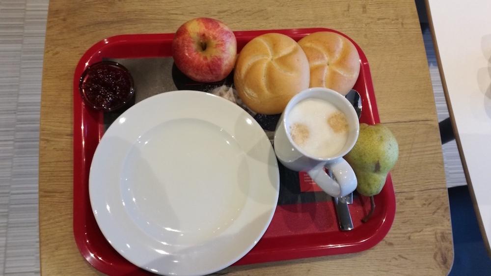 frühstückstablet im ibis wien hauptbahnhof mit kaffee
